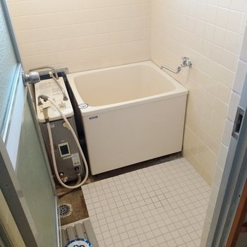 お風呂はレトロでコンパクトだけど、給湯も追い焚きもついているんです◎