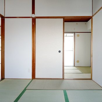 エアコンはダイニングとバルコニー側の和室に設置できます。