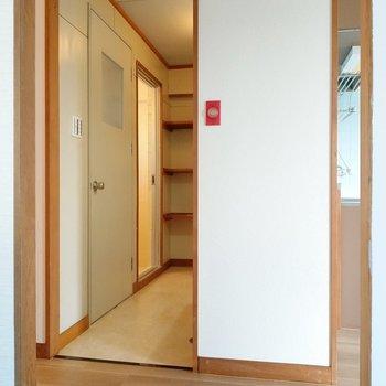 脱衣所に扉はありません。突っ張り棒でカーテンをつけましょう!左の扉は・・・
