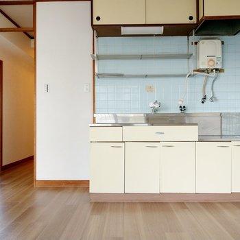 キッチンは昔懐かしい感じ。青いタイルがレトロかわいい。