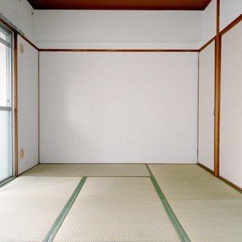 ダイニング横のバルコニー側の和室。綺麗な畳です。