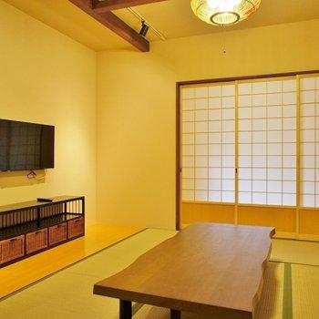 和室リビング。このウッドテーブルを皆で囲んで、楽しいテレビでも観ますか♪