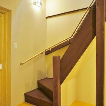 それでは2階へ!階段と照明のお洒落な感じが◎手すりも付いてます