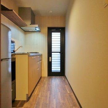 狭いキッチンは嫌ですよね。これなら十分!冷蔵庫、レンジもついてます!