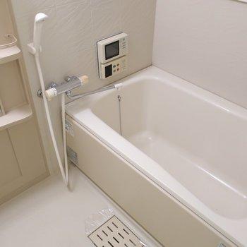 浴室もゆったり。窓もありますよ(※写真は4階の同間取り別部屋のものです)