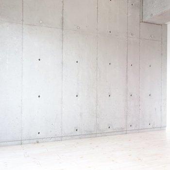 クールなコンクリート打ちっぱなしにトキメく(※写真は4階の同間取り別部屋のものです)