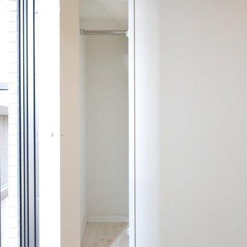 窓辺にスリムが収納が(※写真は4階の同間取り別部屋のものです)