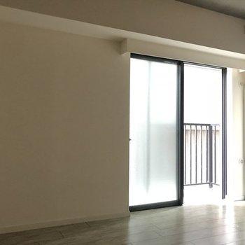 ダイニングは真横にマンションがあるので少し暗め(※写真は4階の同間取り別部屋のものです)