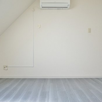 グレーのフローリングが白いお部屋をグッとお洒落に。テレビも置けちゃいます。