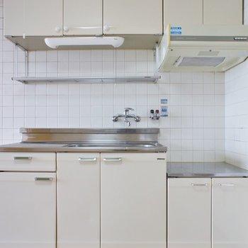 シンプルなキッチン。レトロホワイトが可愛い。