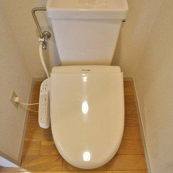 トイレは玄関入ってすぐに。いい動線ですね!