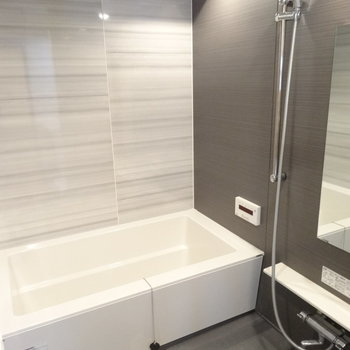 浴室もモダンな感じ。広いのでゆったり入れそうです。