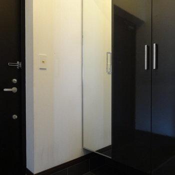 玄関もクールな感じ。たくさん入るシューズボックスもあります。