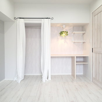 オープンな収納+デスク※家具はサンプルです