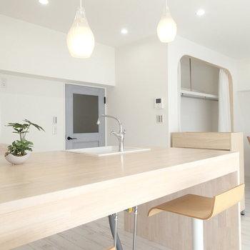 キッチンでそのままごはん食べちゃうこともできますね※家具はサンプルです