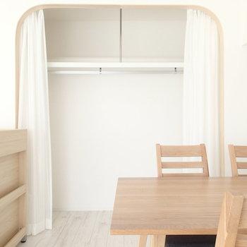 収納はオープンクローゼットタイプ※家具はサンプルです