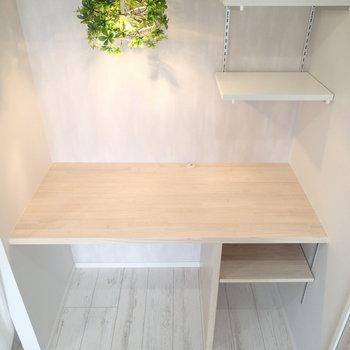 棚に、コードを通す穴もありました。※家具はサンプルです