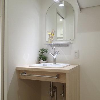 洗面台もかわいらしい。でもかわいすぎない!※家具はサンプルです