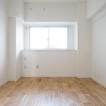 玄関側の寝室にも窓が◎