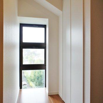 寝室にはこんな窓があります。