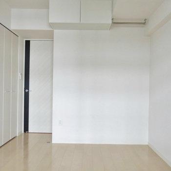 家具によってガラリと雰囲気がかわりますね。上のポールには服や雑貨を飾ったりも(※写真は9階の同間取り別部屋のものです)