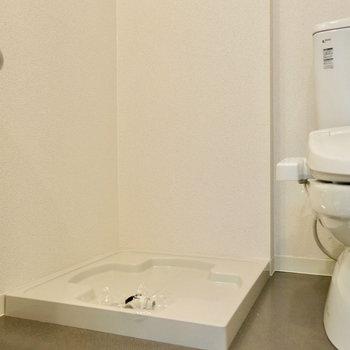 その向かい側に洗濯機置場(※写真は9階の同間取り別部屋のものです)