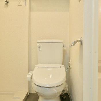 トイレも脱衣所に。ウォシュレット付きで上には棚も(※写真は9階の同間取り別部屋のものです)