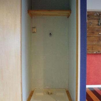 トイレ横の扉を開けると洗濯機置き場。