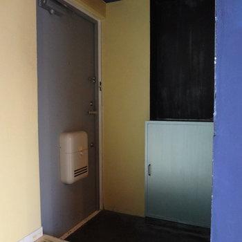 玄関は暗め。靴箱もあります。