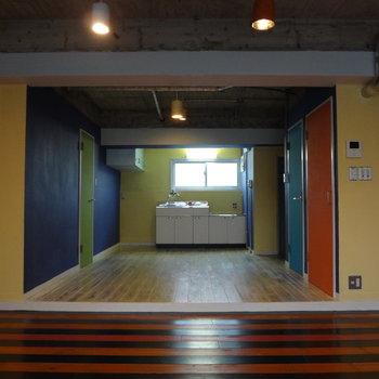 扉はすべて違う色。実は黒板でお絵描きできちゃう。