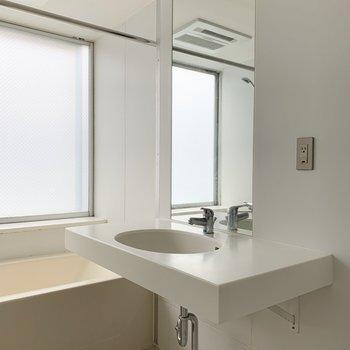 大きな鏡付きの洗面台。
