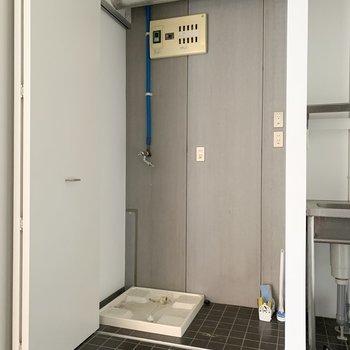 隣は、冷蔵庫と洗濯機置き場。 扉で隠せます◯