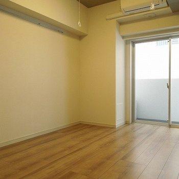 目の前がマンションなので日当たりはまあまあ ※写真は別部屋です