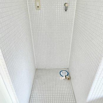 浴槽のお隣に洗濯機置き場が。