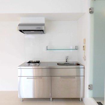 キッチンはメタル製。