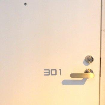 玄関外の部屋番号がこんな所に。