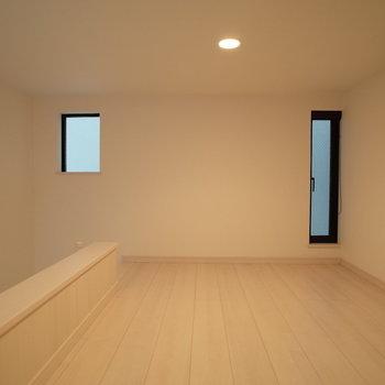 小窓もありますよ♩(※写真は1階の同間取り別部屋のものです)
