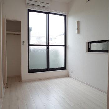 大きな窓にスクエアな小窓も2つ。クローゼットはコンパクトですね(※写真は1階の同間取り別部屋のものです)