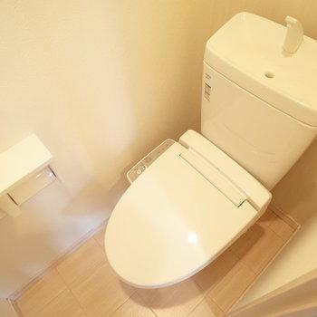 温水洗浄便座で冬もあたたか♩(※写真は1階の同間取り別部屋のものです)
