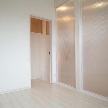 次は洋室。あのすりガラスの先が洋室だったのか・・・!(※写真は1階の同間取り別部屋のものです)