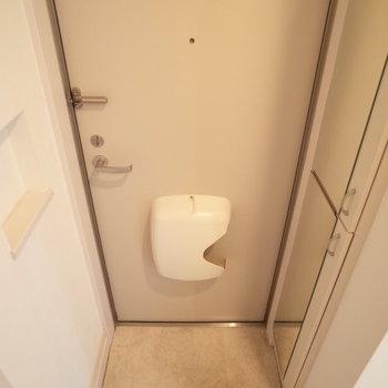 玄関コンパクト。横には鍵おきにぴったりのスペースも(※写真は1階の同間取り別部屋のものです)