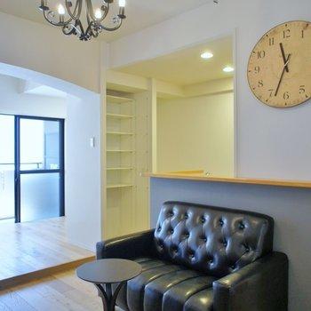 アンティークチックな照明に革のソファがハマる部屋