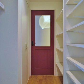 玄関先のドアはレトロレッド