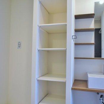 洗面所にもしっかり収納できる棚が