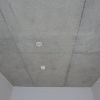 天井は打ちっぱなしコンクリートでかっこいい。