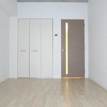 シンプルなお部屋には温かいライトが似合う。