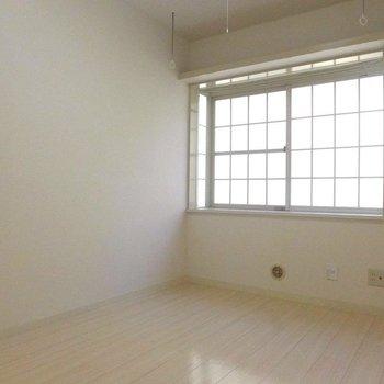 格子窓がいい感じ。※写真は1階の同間取り別部屋のものです。