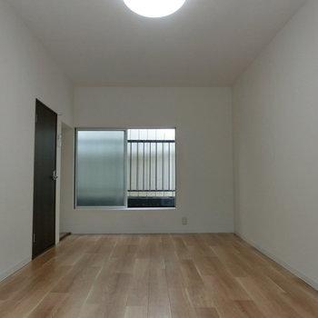 2階の洋室。清潔な感じ。光も入ってきます!!