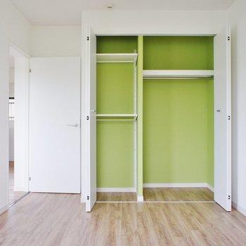 寝室に収納。緑のアクセントクロスが可愛いですね!