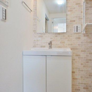 シンプルな洗面台と